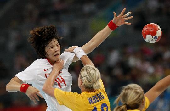 图文-女子手球中国胜瑞典 刘晓妹(左)进攻受阻
