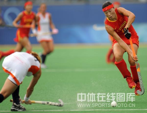 图文-女子曲棍球荷兰vs中国 见封堵先将球传出