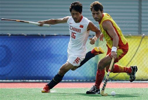 图文-男曲中国1-2负西班牙 萨拉与孟立志抢球