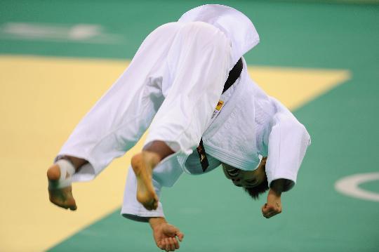 图文-许岩获女子柔道57公斤级铜牌 空翻庆祝胜利
