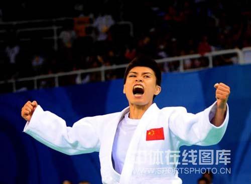 图文-女子柔道57公斤级许岩摘得铜牌 狂吼庆祝