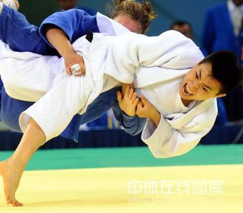 图文-女子柔道57公斤级许岩摘得铜牌 横摔在地