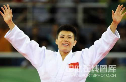 图文-女子柔道57公斤级许岩夺得铜牌 向大家问好