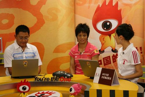 图文-奥运冠军冼东妹做客新浪聊天 等待主持人提问