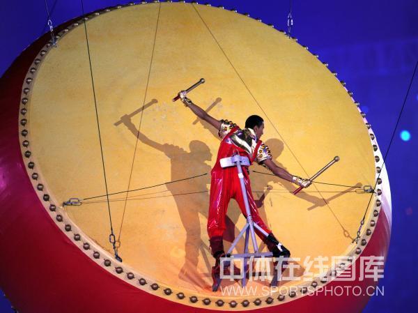 图文-北京奥运会闭幕式现场 支架将演员固定