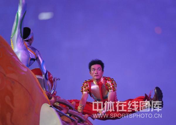 图文-北京奥运会闭幕式现场 演员有力造型