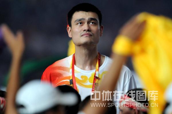 图文-奥运闭幕式姚明成焦点 姚明又严肃起来