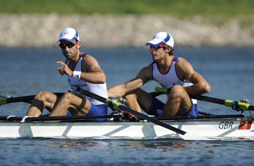 图文-男子轻量级双人双桨半决赛 英国队冲过终点