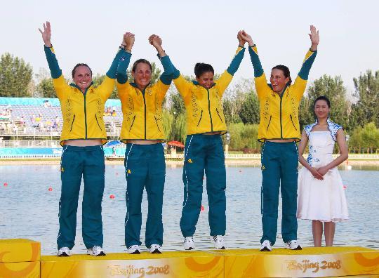 图文-女子四人皮艇500米颁奖 精彩的颁奖仪式