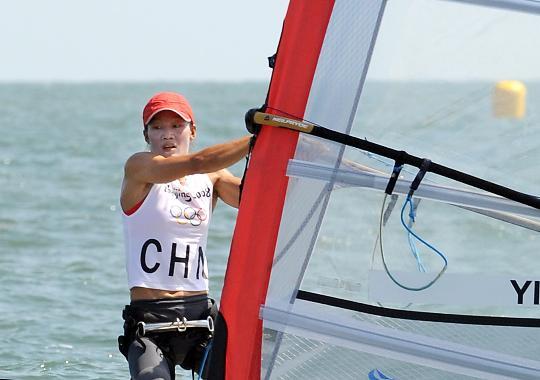 图文-殷剑获女子帆板奥运冠军 殷剑在比赛中