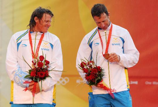 图文-帆船男子龙骨艇星级颁奖 欣赏到手的铜牌