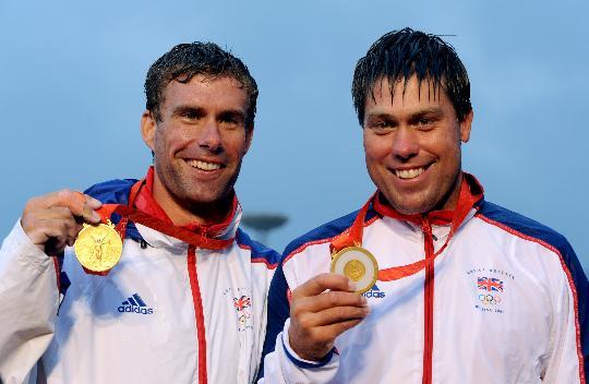 图文-英国获男子龙骨艇星级冠军 欣喜展示金牌