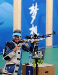 图文-埃蒙斯夺得北京奥运首金 满意的笑了