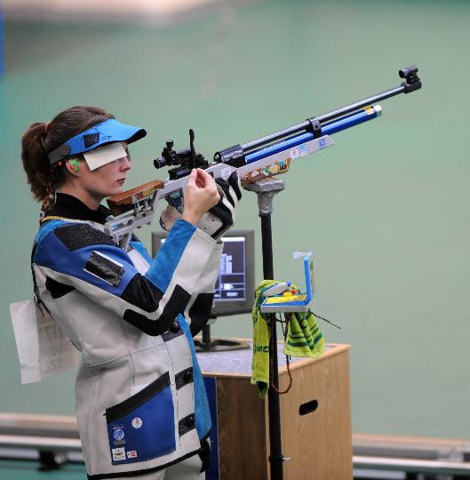 图文-埃蒙斯夺得北京奥运首金 瞄准靶心