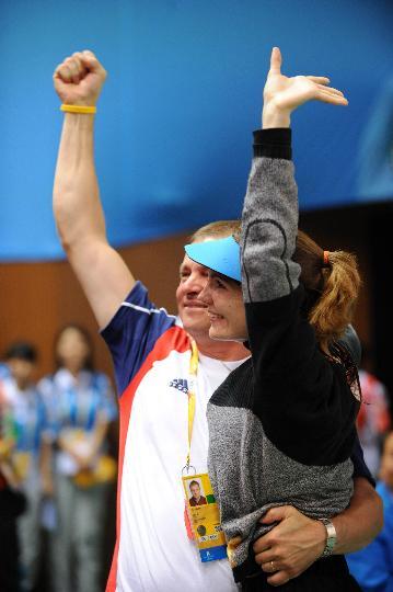 图文-埃蒙斯夺得北京奥运首金 卡-埃蒙斯举手示意