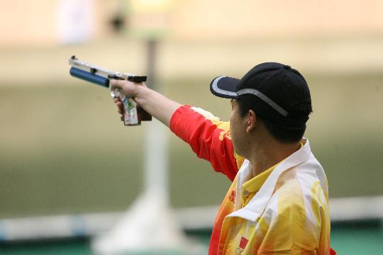 图文-庞伟获得男子10米气手枪金牌 沉着应战