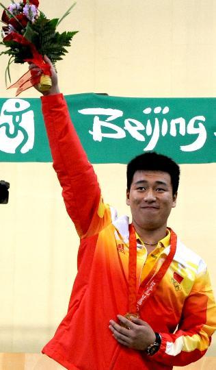 图文-庞伟获男子10米气手枪金牌 庞伟心情激动