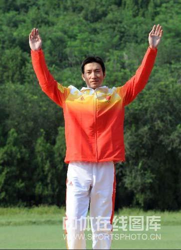 图文-男子飞碟多向胡斌渊拼得铜牌 展示奖牌