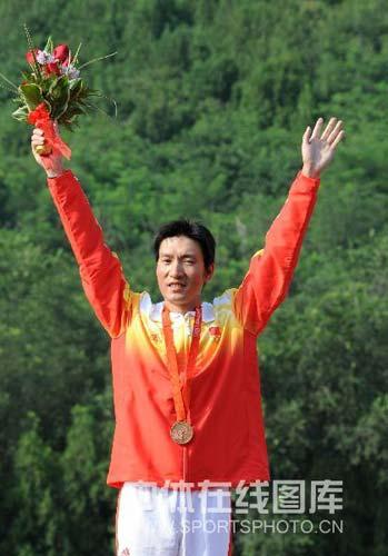 图文-男子飞碟多向胡斌渊拼得铜牌 领奖的一刻