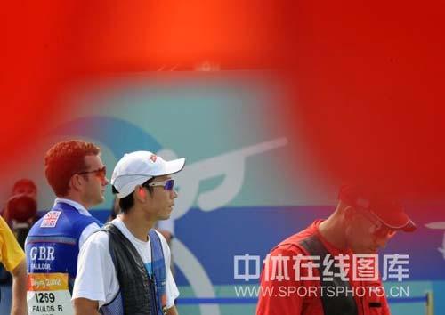 图文-男子飞碟双多向美名将破纪录摘金 准备上场比赛