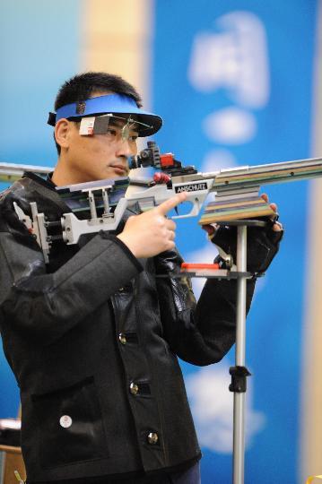 图文-50米步枪三姿赛邱健夺冠 比赛中邱健沉思