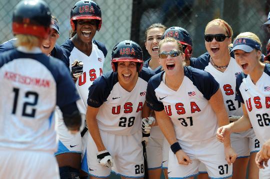 图文-奥运女子垒球中国负美国 候补队员为队友喝彩