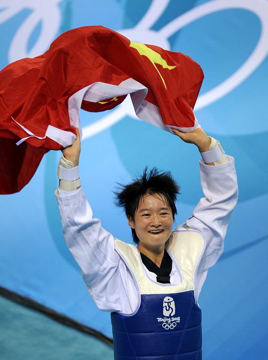 图文-跆拳道女子49公斤级 吴静钰奔跑欢庆胜利