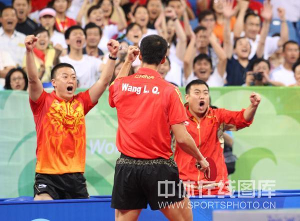 图文-乒乓球男子团体半决赛 王励勤引领激情