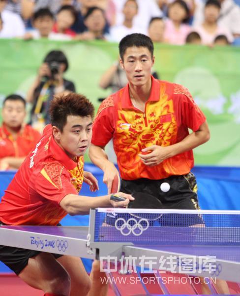 图文-乒乓球男子团体半决赛 王皓王励勤回球