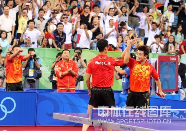图文-乒乓球男子团体半决赛 王皓王励勤赢球