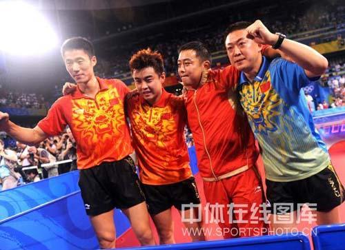 图文-中国乒乓球队夺得男子团体金牌 开心庆祝
