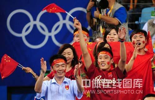 图文-中国乒乓球队夺得男子团体金牌 观众全体起立