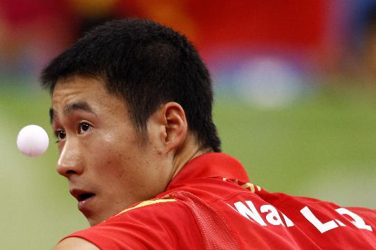 图文-乒乓球男单第三轮 王励勤轻松战胜对手