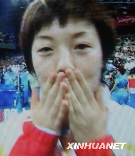 图文-张怡宁夺冠后的金牌之吻 张怡宁的亲吻