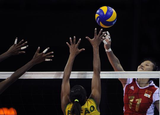 图文-女排半决赛中国VS巴西 李娟跳起进攻