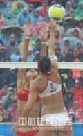图文-奥运女子沙滩排球决赛赛况 高高跃起探头