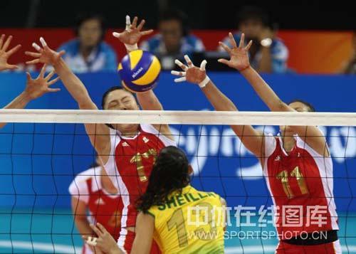 图文-奥运女排半决赛中国VS巴西 吃力的拦网