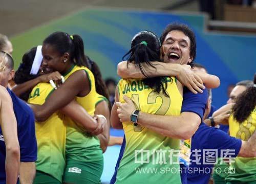 图文-奥运女排半决赛中国负巴西 开心拥抱教练