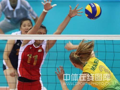 图文-奥运女排半决赛中国负巴西 拦网效果不错