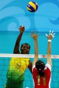 图文-女排半决赛中国0-3巴西 巴西姑娘大力扣球