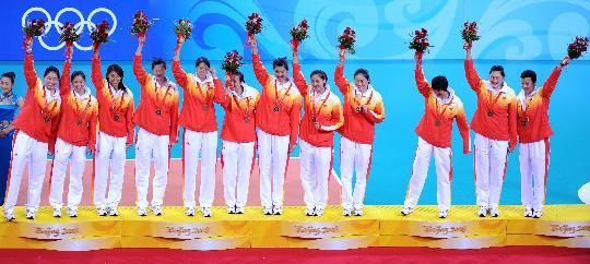图文-中国女排胜古巴获铜牌 颁奖仪式上的中国女排