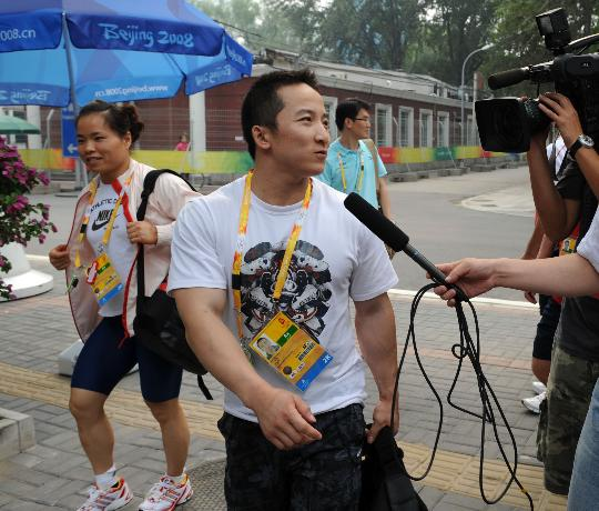 图文-中国队首次亮相训练场 石智勇接受采访