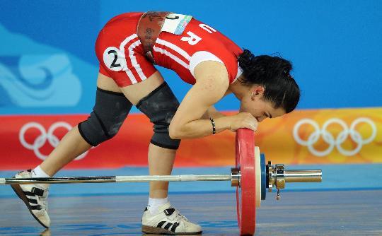 图文-女子举重48公斤级决赛 塔伊兰失败亲吻杠铃