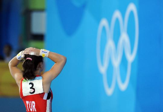 图文-女举48公斤级陈燮霞夺金 厄兹坎很是无奈