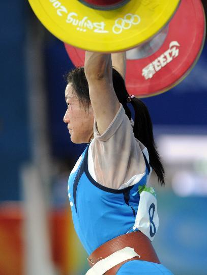 图文-女举48公斤级陈燮霞夺金 陈苇绫也有收获