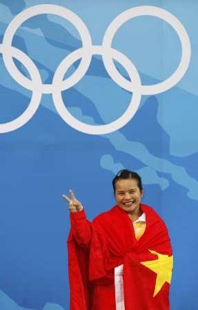 图文-陈燮霞摘北京奥运中国首金 陈燮霞身披红旗