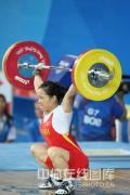 图文-女子举重58公斤级陈艳青夺得金牌 奋力举起