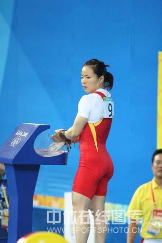 图文-女子举重58公斤级陈艳青夺得金牌 准备上场