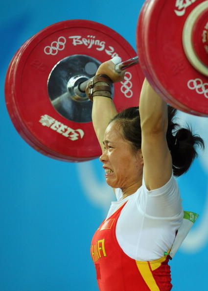 图文-女子举重58公斤级比赛 陈艳青咬牙切齿