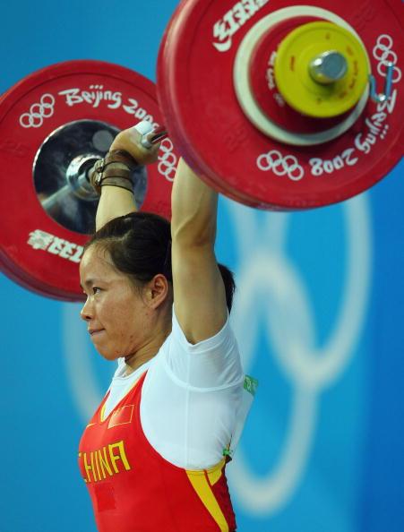 图文-女子举重58公斤级比赛 陈艳青神色轻松